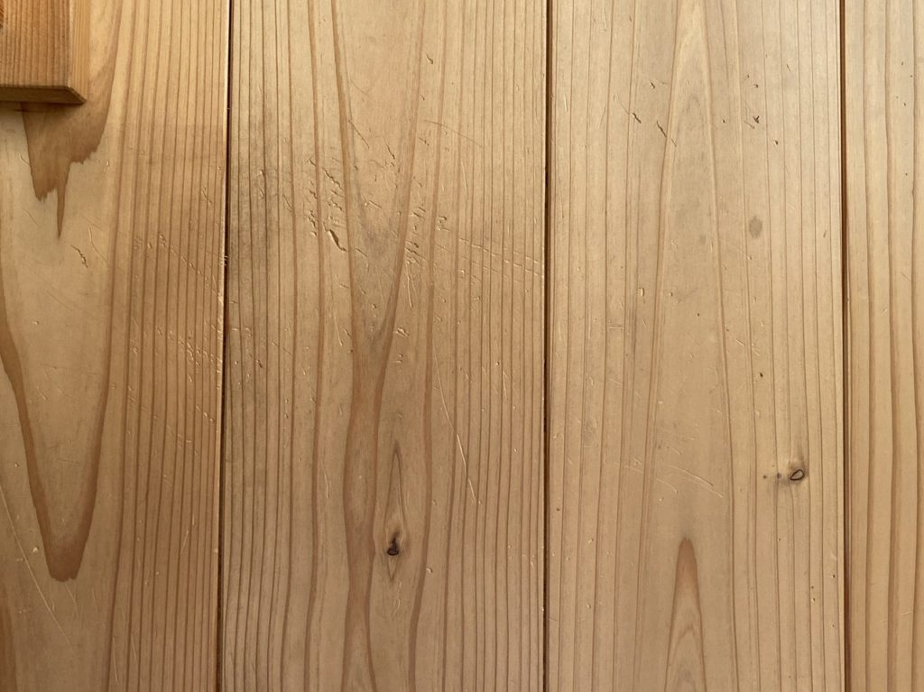 山暮らしの家 杉の床 猫の爪の傷